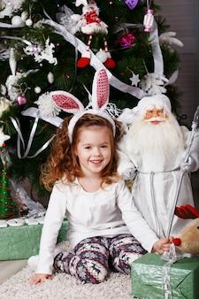 Śmieszna mała dziewczynka z uszami królika