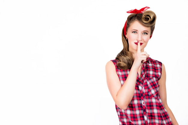 Śmieszna pin-up kobieta mówi cicho
