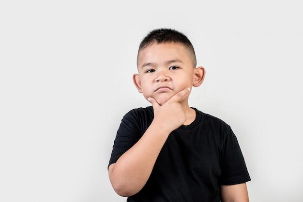 Śmieszna portreta chłopiec studia fotografia