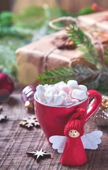 Śmieszne boże narodzenie anioł gałęzie jodły i pudełka na tle śniegu zima śnieg gałęzie. koncepcja boże narodzenie czy zima.