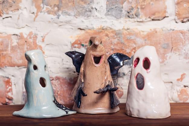 Śmieszne ceramiczne figurki duchów, dekoracja na halloween.