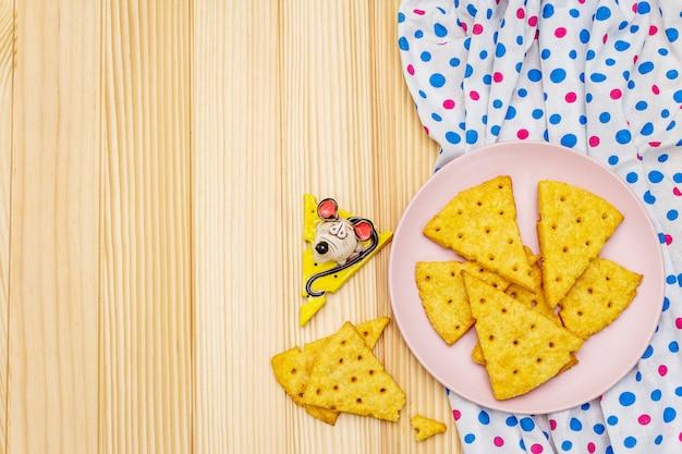 Śmieszne ciasteczka dla dzieci. świąteczne krakersy serowe