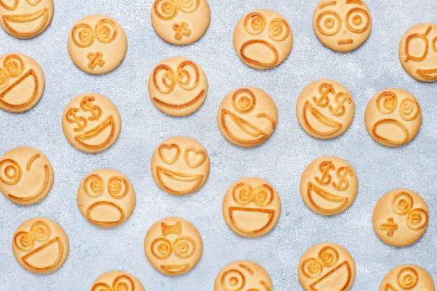 Śmieszne ciasteczka różnych emocji, uśmiechnięte i smutne ciasteczka