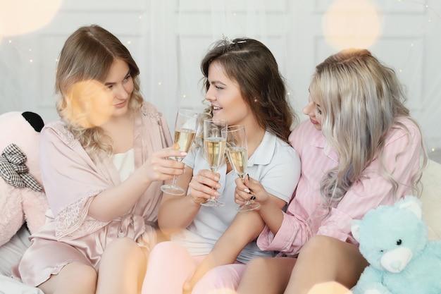 Śmieszne dorosłe kobiety na imprezie piżamowej.