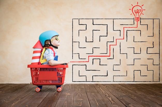 Śmieszne dziecko jedzie na deskorolce. koncepcja ścieżki kariery, sukcesu i zwycięzcy