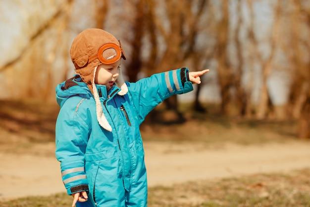 Śmieszne dziecko na spacerze w słonecznym lesie. koncepcja szczęśliwego dzieciństwa