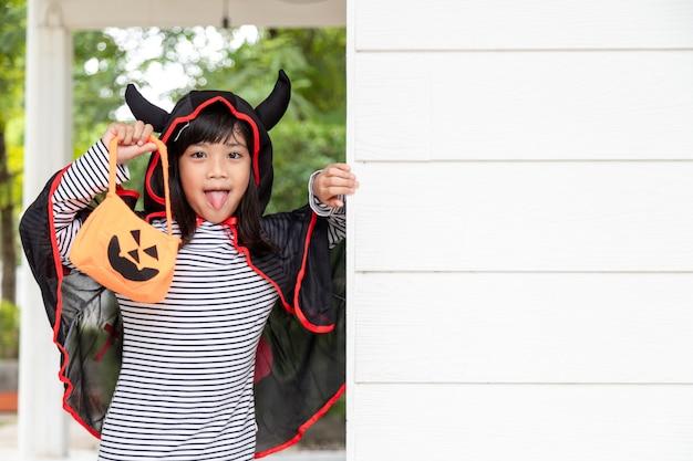 Śmieszne dziecko ubrane w kostium na halloween. koncepcja święta halloween