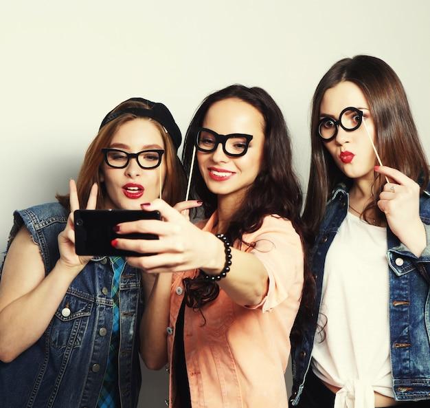 Śmieszne dziewczyny, gotowe na imprezę, selfie