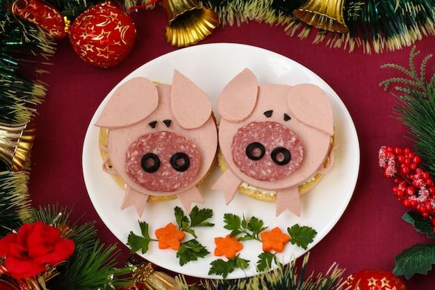 Śmieszne kanapki dla dzieci w kształcie uroczej świni z serem i kiełbasą