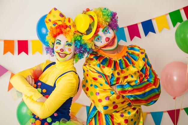 Śmieszne klauni na kolorowej imprezie