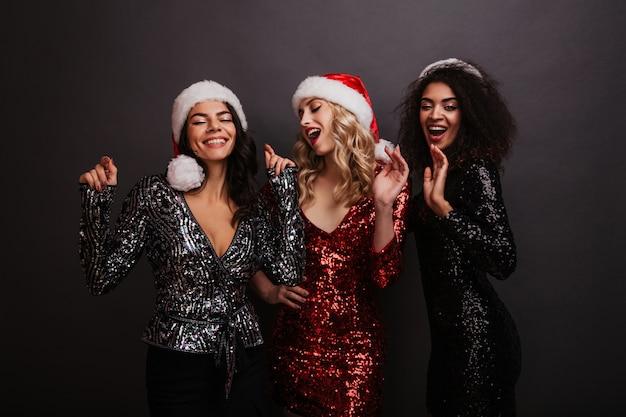 Śmieszne kobiety spędzają czas na przyjęciu bożonarodzeniowym