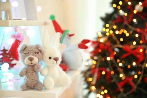 Śmieszne małe zabawki na półce w domu