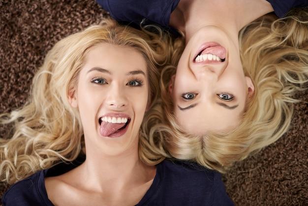 Śmieszne miny blondynki bliźniaczki