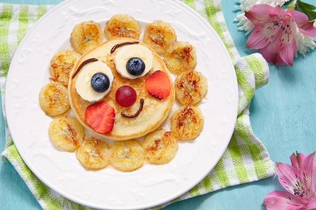 Śmieszne naleśniki śniadaniowe z owocami dla dzieci