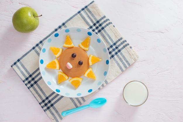 Śmieszne naleśniki z pomarańczą na śniadanie dla dzieci