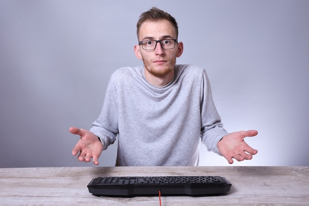 Śmieszne nerd młody biznesmen, mężczyzna pracujący na komputerze