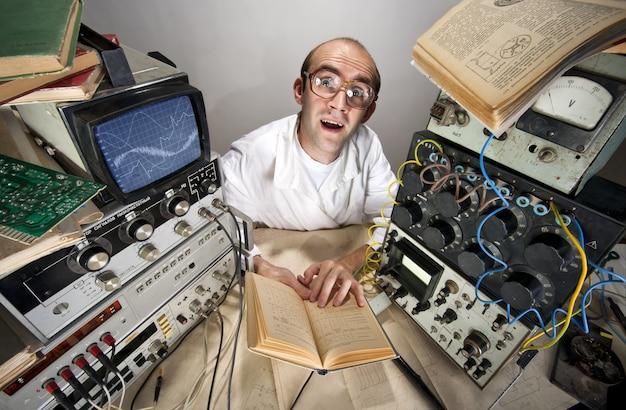 Śmieszne nieśmiałe naukowiec czytanie książki