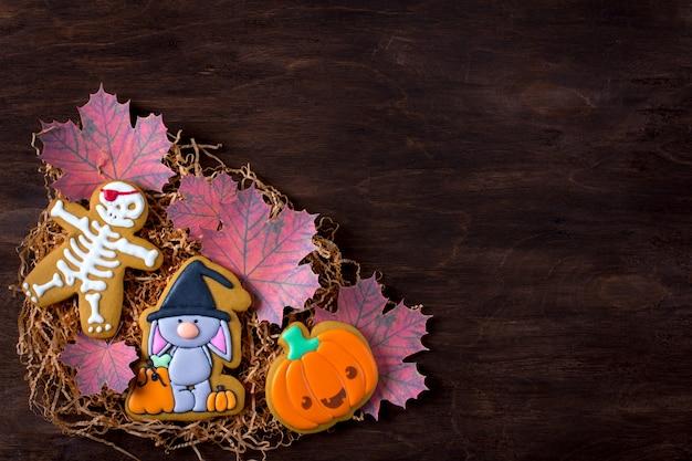 Śmieszne pierniki na halloween. świąteczne brązowe tło.