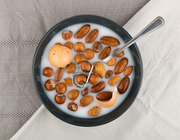 Śmieszne śniadanie z orzechami i metalowymi przedmiotami