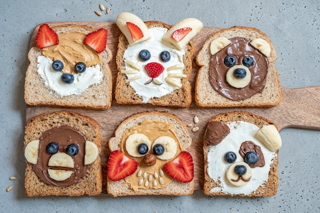 Śmieszne zwierzę budzi tosty z masłem, bananem, truskawką i jagodami