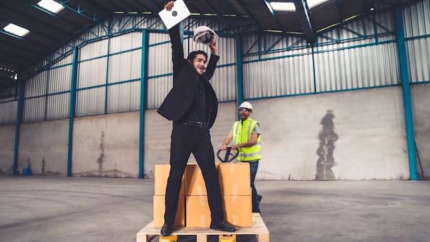 Śmieszni robotnicy tańczą w fabryce. szczęśliwi ludzie w pracy.