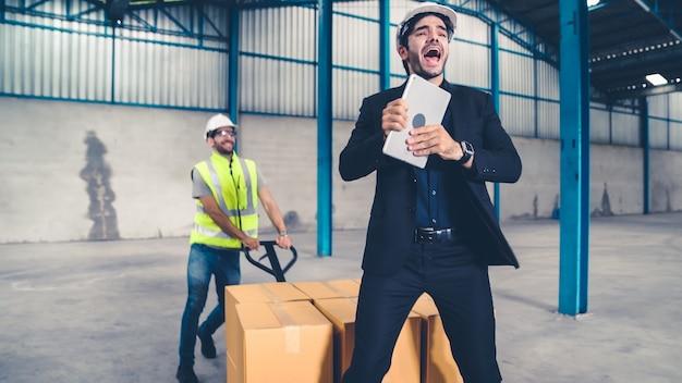 Śmieszni robotnicy tańczą w fabryce