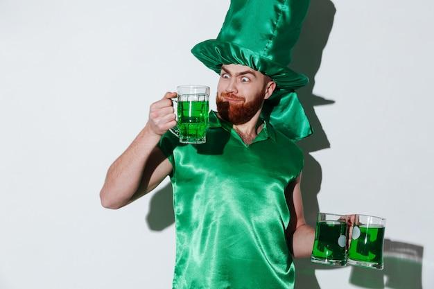 Śmieszny brodaty mężczyzna w zielonym kostiumu