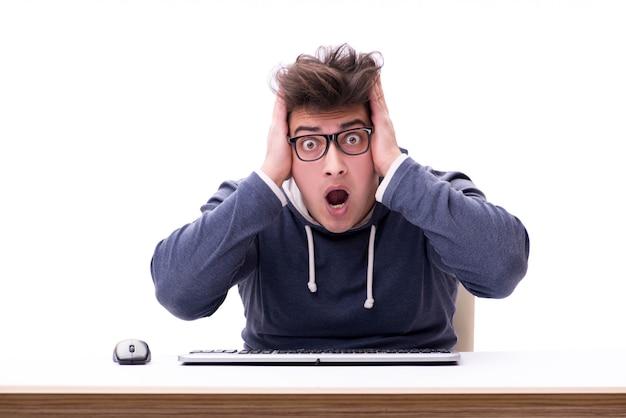 Śmieszny głupka mężczyzna pracuje na komputerze odizolowywającym na bielu