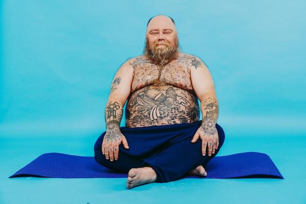 Śmieszny grubas robi medytację jogi zabawny i ironiczny charakter