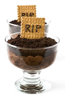 Śmieszny halloweenowy czekoladowy mus z grobowcowym ciastkiem odizolowywającym na bielu