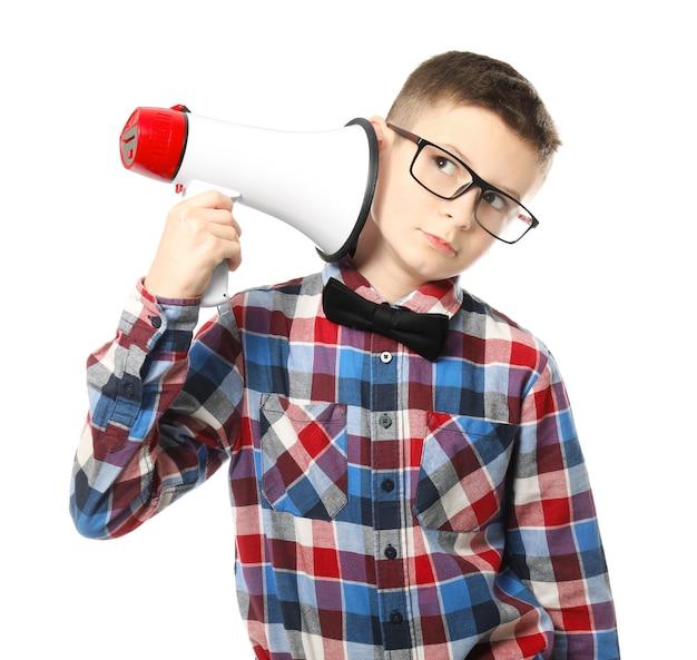 Śmieszny mały chłopiec z megafonem na białym tle