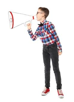Śmieszny mały chłopiec z papierowym megafonem na białym tle
