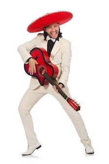 Śmieszny meksykanin w kostiumu mienia gitarze odizolowywającej na bielu