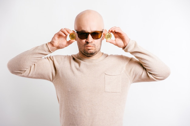 Śmieszny mężczyzna trzyma okulary przeciwsłoneczne w jego rękach w okularach przeciwsłonecznych