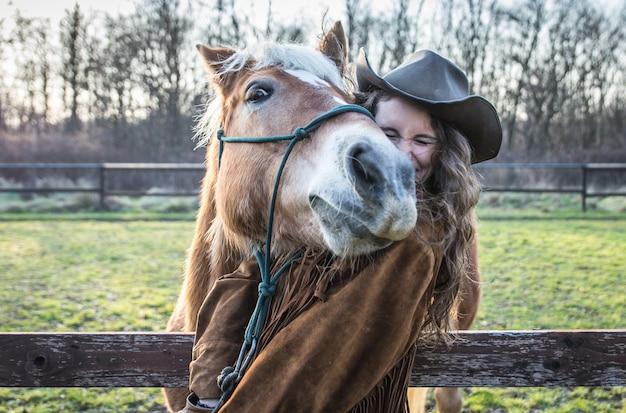 Śmieszny portret dziewczyna z koniem