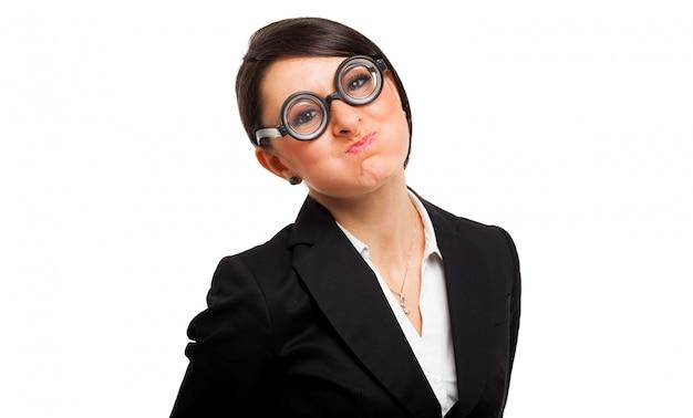 Śmieszny portret nerd kobieta jest ubranym głupków szkła