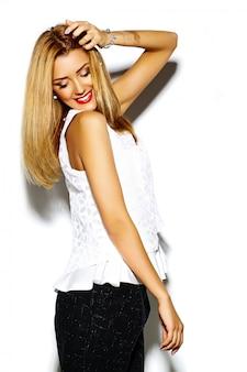Śmieszny szalony splendor elegancki seksowny uśmiechnięty piękny blond młoda kobieta model w białym modnisiu odziewa w studiu