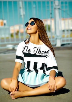 Śmieszny Szalony Splendor Elegancki Seksowny Uśmiechnięty Piękny Młoda Kobieta Model W Jaskrawego Modnisia Lata Przypadkowym Sukiennym Obsiadaniu Siedzi Na Ulicy Za Niebieskim Niebem Darmowe Zdjęcia