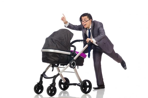 Śmieszny tata z dzieckiem i pram na bielu