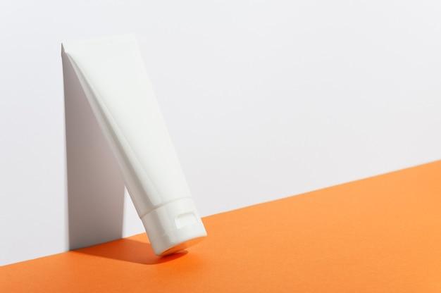 Śmietankowa tuba na jasnej słonecznej pomarańczy