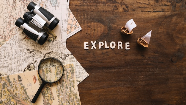 Śmigaj łodzie i poznaj pisanie w pobliżu rzeczy podróżniczych