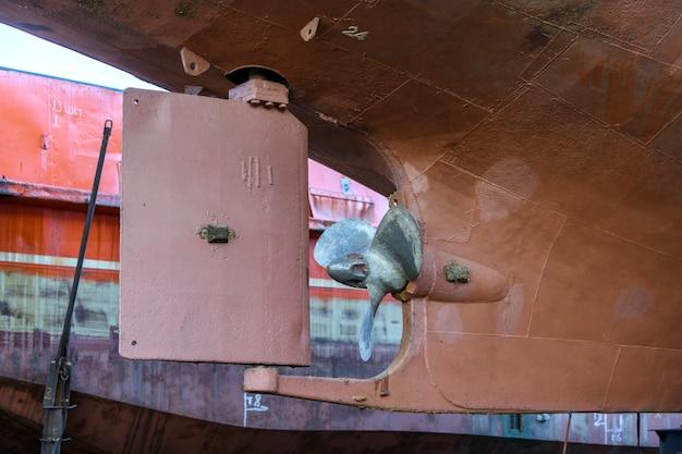 Śmigło i ster ze stałą łopatą statek towarowy na lądzie w stoczni remontowej statku