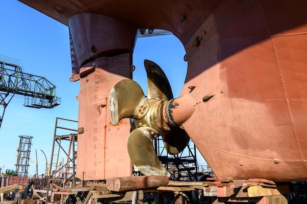 Śmigło o zmiennym skoku i ster statek towarowy na lądzie na stoczni remontowej statku