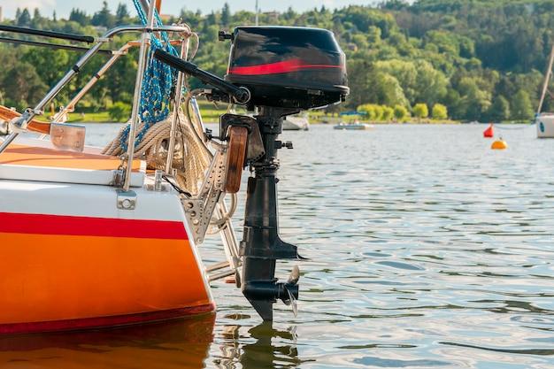 Śmigło statku. silnik zaburtowy. jacht na jeziorze.