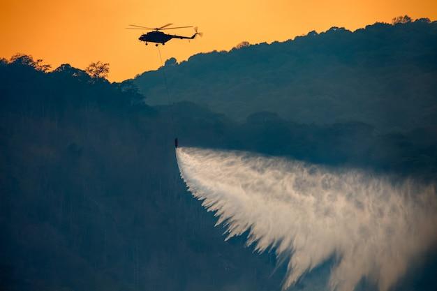 Śmigłowcowa zrzut woda na pożarze lasu
