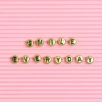 Smile codziennie koraliki tekst typografia