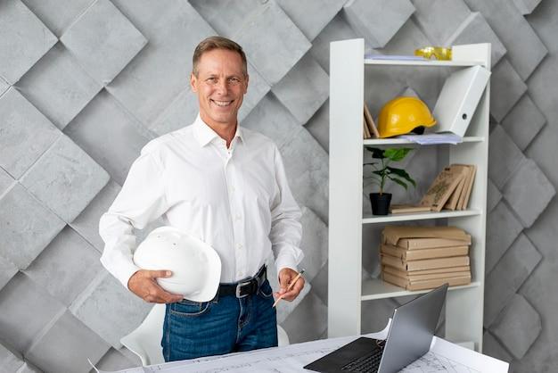 Smiley architekt w biurze