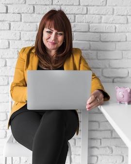 Smiley biznes kobieta pracuje