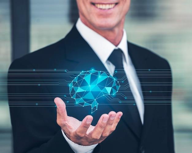 Smiley biznesmen trzyma zaawansowany technicznie hologram