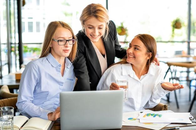 Smiley biznesowe kobiety przy biurem
